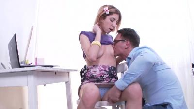 IT guy enjoy a bj & fucks slutty babe on the floor