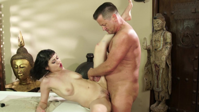Short haired masseuse Audrey Noir offers to work out client's kinks