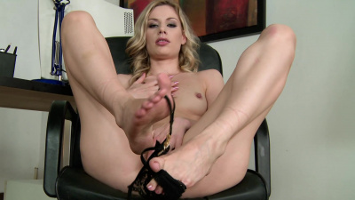 Marilyn Cole always find a naughty way to entertain herself